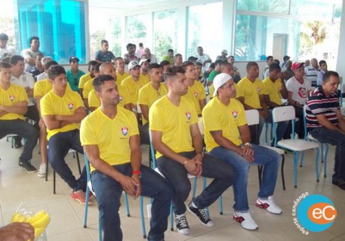 Elenco do Paracatu Futebol Clube é apresentado para o Candangão 2014 a6c6df98a5b26