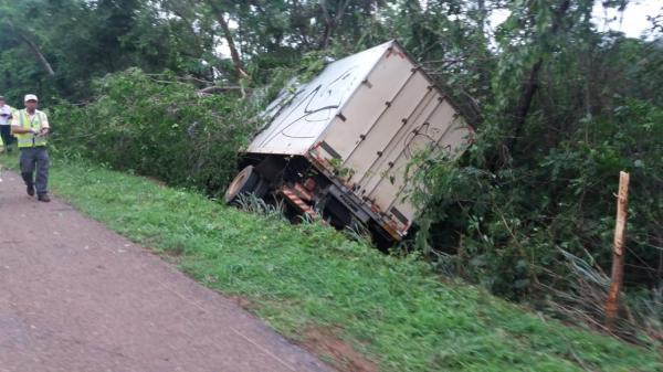 Caminhão estoura pneu e deixa uma pessoa morta e outra ferida na BR- 040, em Paracatu